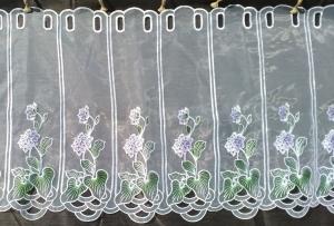Záclona metrážová bíla vitrážka z organzy s bkedofialovými květmi