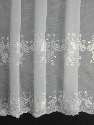 Hotová bíla mačkaná vyšívaná záclona rozmerů: 250cm × 340cm