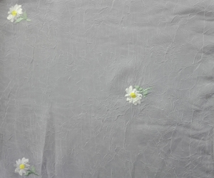 Záclona biela metrážová kreš Margarétky krčená s vyšívanými kvetmi