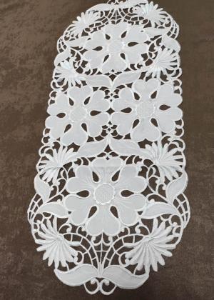 """Vyšívaný biely obrus """"Dana"""" rozmerov: 40 x 85cm"""