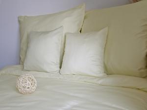 Pamut, szatén  ágyneműhuzat, krémszínű méretei: 70cm×90cm (1db) + 140cm×200cm ( 1db)